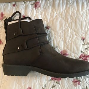 NWT leather TEVA waterproof booties